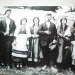 η νύφη λίγο πριν τον γάμο, μαζί με τους γονείς της