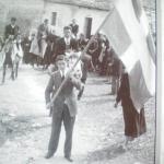 το λάβαρο που κρατά ο κουμπάρος ( μέρος των εκδηλώσεων του γάμου)